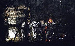 Des gendarmes sur les lieux du crash d'un petit avion dans lequel sont morts une femme et ses trois enfants, le 11 mars 2015 à Vrigny, près de l'aéroport d'Argentan