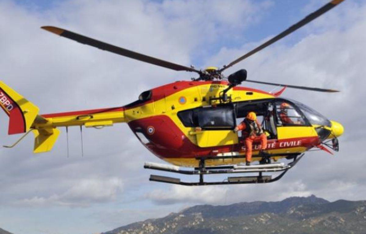 Une hélicoptère de la Sécurité civile a été mobilisé pour tenter de retrouver le jeune homme. – AFP PHOTO STEPHAN AGOSTINI