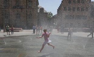 Les jets d'eau lorsque cela fonctionne, place du Château à Strasbourg. Archives.