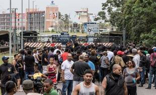 Des manifestants devant un barrage en Guyane
