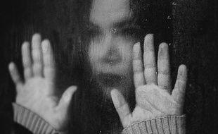 Une femme à sa fenêtre.