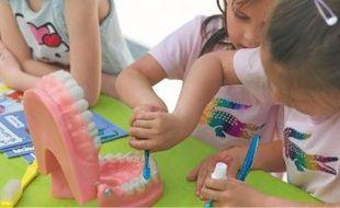 Parmi les stands, celui pour apprendre à se brosser les dents a remporté un grand succès.