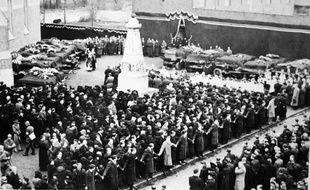 La place d'Ascq, le jour de l'enterrement des 86 massacrés, dans la nuit du 1er au 2 avril 1944.