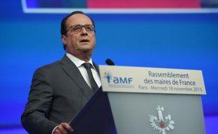 Le président François Hollande devant les maires de France réunis à Paris, le 18 novembre 2015