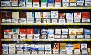 Tabac à rouler ou cigarettes manufacturées, tous les produits du tabac vont augmenter d'au moins 6,5% lundi, et plus aucun paquet ne sera vendu à moins de 6,10 euros, ce qui représente la hausse la plus importante depuis 2003/2004.