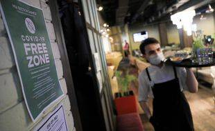 Moscou rend obligatoire la présentation d'un pass sanitaire pour se rendre dans un restaurant de la capitale face à l'explosion des cas.