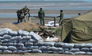 Des soldats russes établissent un point de passage dans le district de Henichesk sur la route de Tchongar l'une des seules routes reliant la Crimée à l'Ukraine
