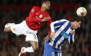 Le défenseur français de Manchester United Patrice Evra (en rouge) à la lutte avec le joueur de Porto Christian Rodriguez le 7 avril 2009 en Ligue des champions