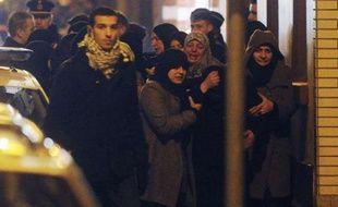 Des femmes en pleurs après l'incendie criminel qui a visé la mosquée chiite du quartier d'Anderlecht, à Bruxelles, en Belgique, lundi 12 mars au soir.