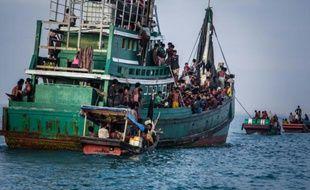Un bateau transportant des migrants Rohingya près des côtes indonésiennes après avoir été secourus, le 20 mai 2015