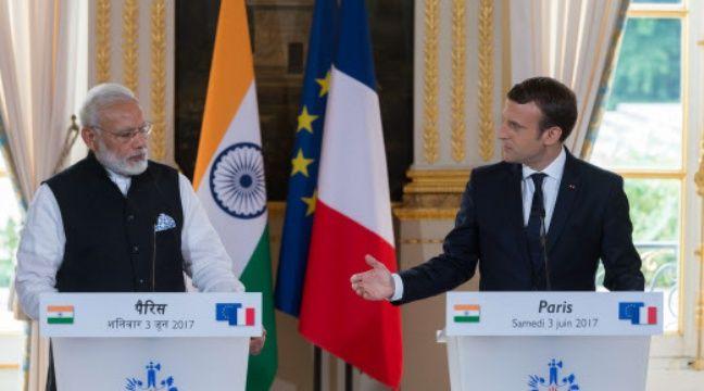 Avec Emmanuel Macron, qu'il a très chaleureusement enlacé à son arrivée sur le perron de l'Elysée, le Premier ministre indien a pendant deux heures parlé notamment de leur soutien commun à l'Accord de Paris. – Jacques Witt