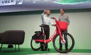 Voilà à quoi ressemble les vélos électriques en libre-service de Uber. Ici, Dara Khosrowshahi, PDG d'Uber (à gauche) présente le vélo Jump, le 6 juin 2018 à Berlin, en Allemagne.
