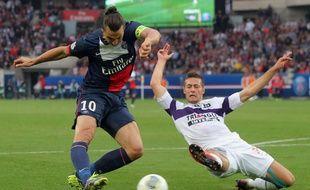 Le défenseur toulousain Uros Spajic tacle l'attaquant parisien Zlatan Ibrahimovic, lors d'un match de Ligue 1 au Parc des Princes, le 28 septembre 2013.
