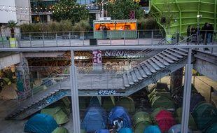 Une centaine de migrants sont installés depuis plusieurs mois sous la Cité de la mode