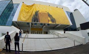 L'affiche du 69e Festival de Cannes a été hissée sur la façade du Palais