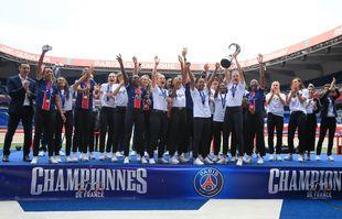Les joueuses du Paris Saint-Germain célèbrent le titre du championnat de France féminin D1 Arkema 2021 au Parc des Princes, à Paris, le 5 juin 2021.