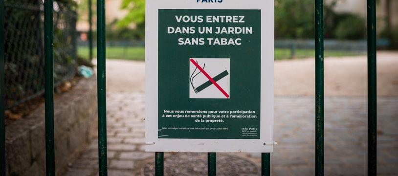 Un panneau signalant l'interdiction de fumer dans un jardin public, le 25 août 2019, à Paris.