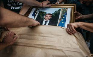 Des portraits d'Emmanuel Macron exhibés pendant une manifestation (illustration).