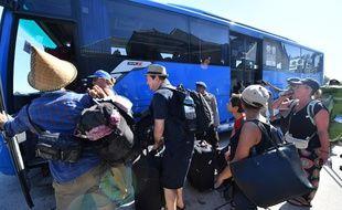 Des touristes évacués dans le nord de Lombok, le 7 août 2018.