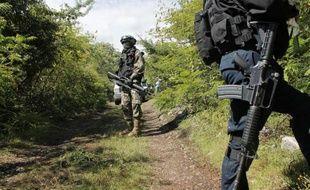 Des policiers et Marines mexicains sur les lieux où plusieurs corps ont été retrouvés dans une fosse, le 4 octobre 2014, près d'Iguala, dans l'Etat du Guerrero