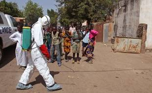 Un agent de santé, au Mali le 14 novembre après un cas d'Ebola dans une mosquée.