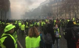 """Des """"gilets jaunes"""" venus manifester sur les Champs-Elysées à Paris le 24 novembre 2018."""