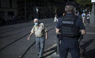 Un policier patrouille dans les rues de Marseille