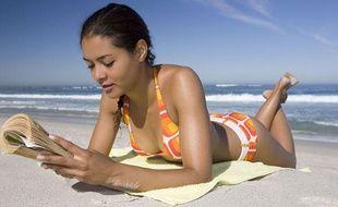 une jeune femme lit sur la plage en maillot de bain orange. illustration, livre.