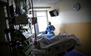 Une infirmière dans un service de réanimation dans un hôpital privé d'Antony.