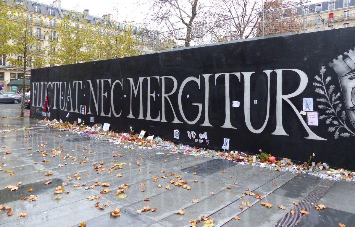 """""""Fluctuat nec mergetur""""... La devise de Paris s'affiche en grand place de la République.  – F. Pouliquen / 20 Minutes"""