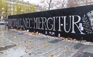 """""""Fluctuat nec mergetur""""... La devise de Paris s'affiche en grand place de la République."""