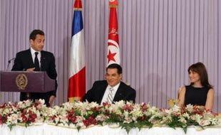 Le président français Nicolas Sarkozy a entamé lundi sa visite d'Etat en Tunisie par un bain de foule millimétré et la signature d'accords et de contrats commerciaux, avant de rendre hommage aux efforts de Tunis sur le terrain controversé des droits de l'Homme.
