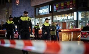 Des policiers interviennent sur les lieux de l'attaque, dans une rue commerçante de La Haye, le vendredi 29 novembre 2019.
