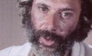 "Georges Moustaki chante ""Le métèque"" en 1968."