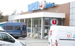 Devant le Super U de Trèbes, où s'est déroulé l'attaque terroriste perpétrée par Radouane Lakdim.