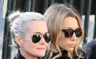 Laeticia Hallyday et Laura Smet le 9 décembre 2017 lors de la cérémonie funéraire de la Madeleine.