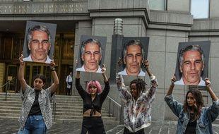 Le groupe Hot Mess manifestant contre Jeffrey Epstein devant le cour fédéral de New York le 8 juillet 2019.