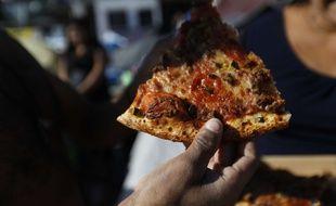 A Marseille la pizza se déguste à la part, en pleine rue.