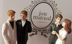 Des figurines de gâteau de mariage représentant un couple gay et un couple lesbien.