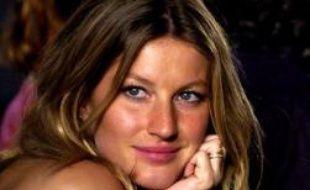La Brésilienne Gisèle Bündchen, la top model la mieux payée au monde, n'exige pas que ses contrats soient désormais signés en euros en raison de la baisse du dollar, a assuré mercredi à l'AFP sa soeur jumelle et agent, Patricia.