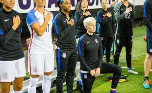 La star de l'équipe nationale féminine américaine Megan Rapinoe pose un genou à terre pendant l'hymne national en solidarité avec Colin Kaepernick, à Atlanta le 18 septembre 2016.