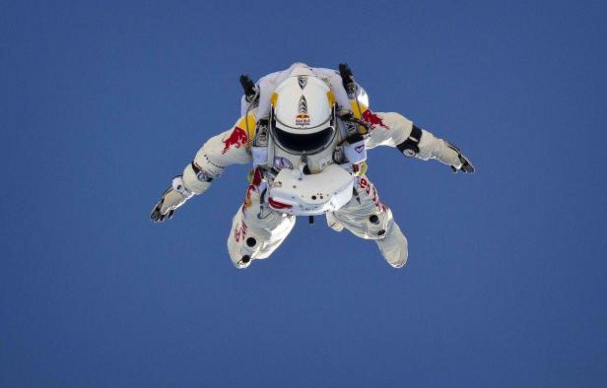 L'Autrichien Felix Baumgartner lors d'un saut préparatoire au challenge Stratos, financé par Red Bull. – RED BULL