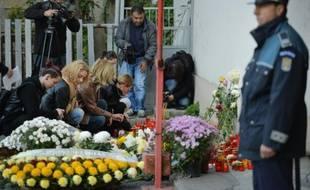 Des personnes rendent hommage, le 31 octobre 2015 à Bucarest, aux victimes de l'incendie d'une boîte de nuit.