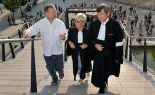 Le procès de 12 militants anti-OGM, dont José Bové, poursuivis devant le tribunal de grande instance de Bordeaux pour avoir rendu impropre à la consommation un stock de maïs transgénique le 4 novembre 2006 à Lugos (Gironde), a été renvoyé jeudi au 27 août.