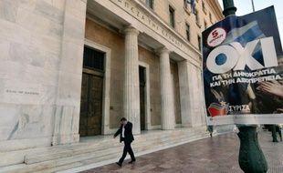 Une affiche de la coalition gouvernementale du Syriza appelle à voter non au référendum, devant la Banque de Grèce, le 1er juillet 2015