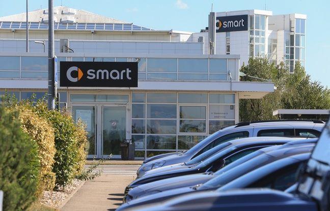 Hambach (Moselle) le 10 09 2015. Devant l'usine Smart, la CGT tracte. Elle refuse les conditions du «pacte 2020» proposé par la direction.