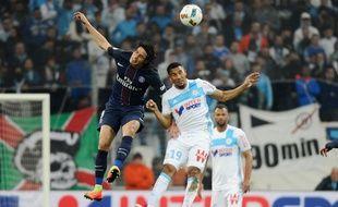Edinson Cavani  au duel avec William Vainqueur lors du match entre l'OM et le PSG le 26 février 2017.