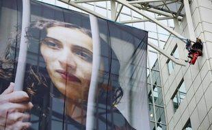 """Faiza Oulahsen a passé plus de deux mois en prison à la suite de l'action de Greenpeace dans les eaux du Grand Nord russe mais la militante se dit """"encore plus engagée"""" pour la protection de l'Arctique après cette épreuve."""
