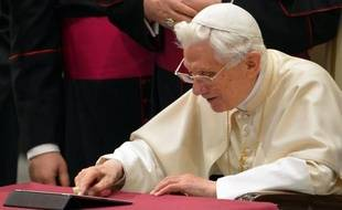 """Benoît XVI a lancé avec son nouveau compte Twitter ses premiers tweets urbi et orbi pour notamment bénir ses quelque 1,2 million de """"followers"""" au cours de l'audience générale de mercredi, relevant ainsi le défi des réseaux sociaux où l'Eglise est souvent très critiquée par les jeunes internautes."""