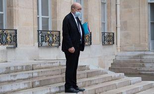 Jean-Yves Le Drian, le ministre des Affaires étrangères, sur le pérron de l'Elysée.